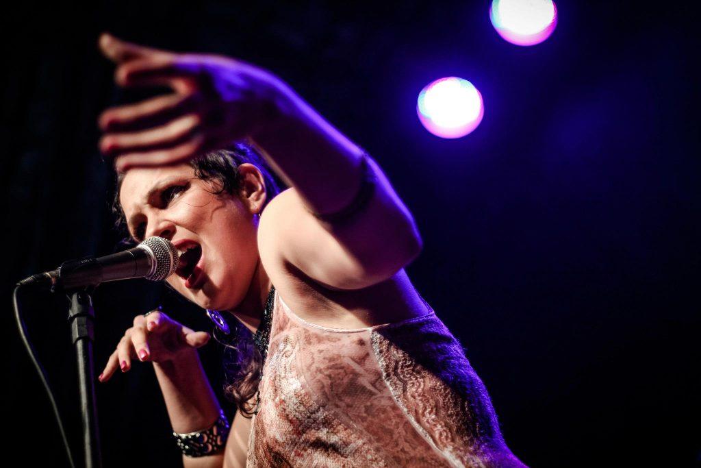 Ângela Castro será atração musical da noite
