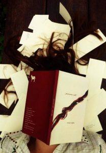 ''primeiro corte'' é o primeiro livro de Anna Zêpa, uma seleção de poemas curtos e cortantes
